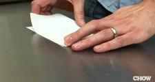 簡単!「1枚の紙」でビール瓶のフタを開ける方法