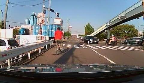 交通事故等の動画を観て危険予知を学習するといいかもしれません。
